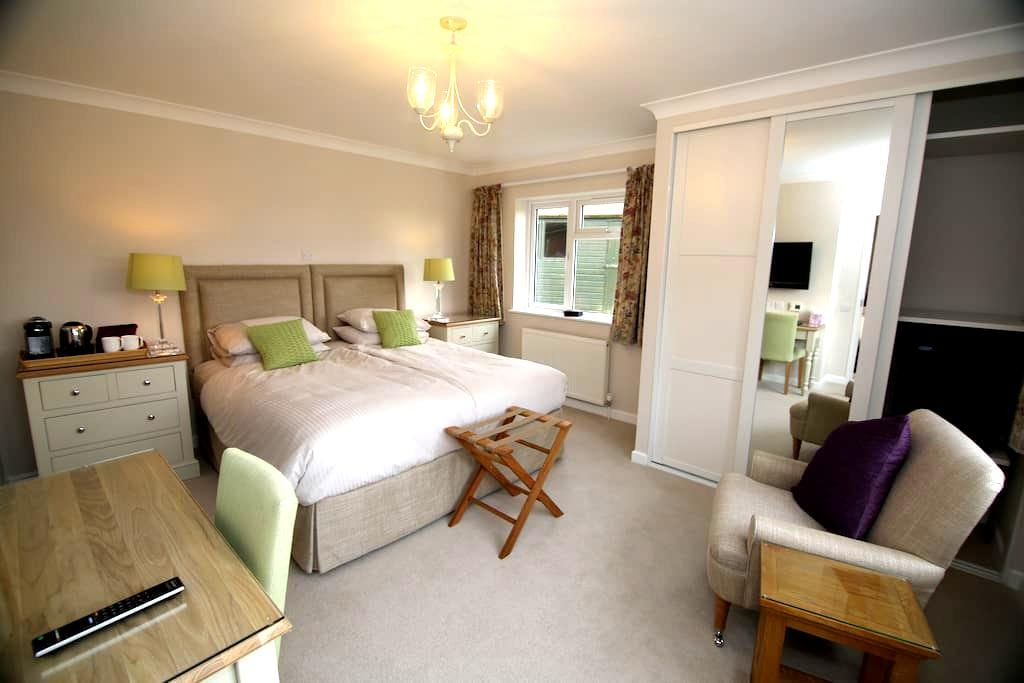 Bedroom Annex with own entrance - Arborfield - Bed & Breakfast