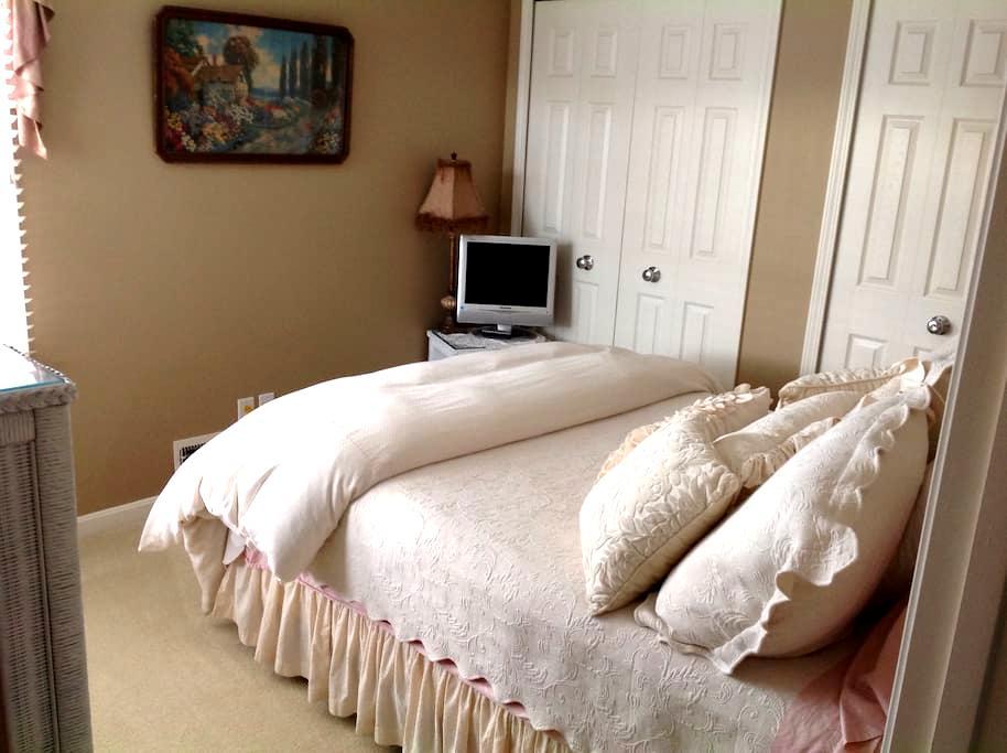 Charming bedroom and private bath. - Broadview Heights - Selveierleilighet
