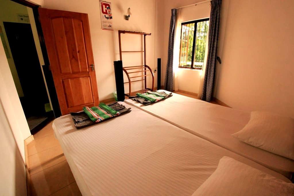 Twin Bedroom with Fan - Negombo - Talo