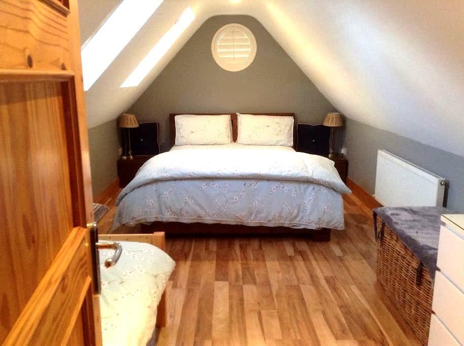 Comfortable Bright Attic room - Ballinteer - Bed & Breakfast