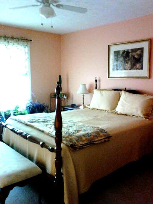 Private 2nd flr master bed& bath.   - Macedonia - Casa