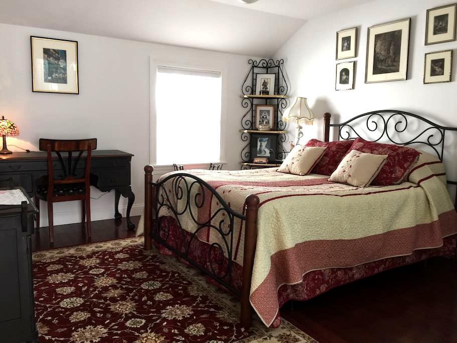 E&B's BnB Red Room - Rhinebeck - Bed & Breakfast