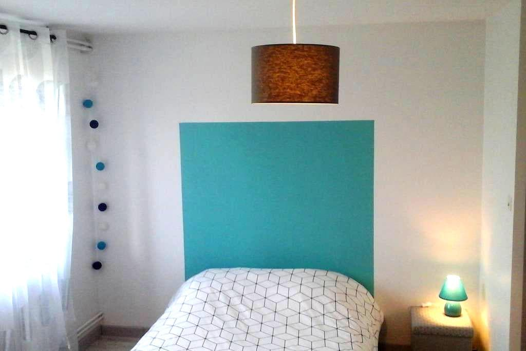 Chambre privée dans maison avec terrain - Montrodat - Huis
