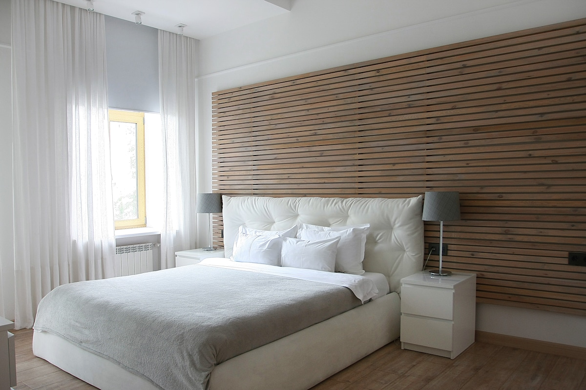 King-size bed and a balcony in the bedroom