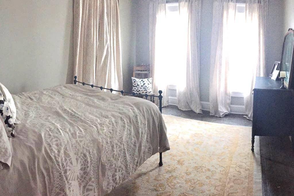 Pup Friendly Guest Room, Full Bed - Geneva - Huis