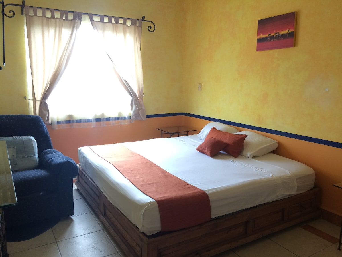 Cama king size con blancos incluidos. King size bed withsheets included.