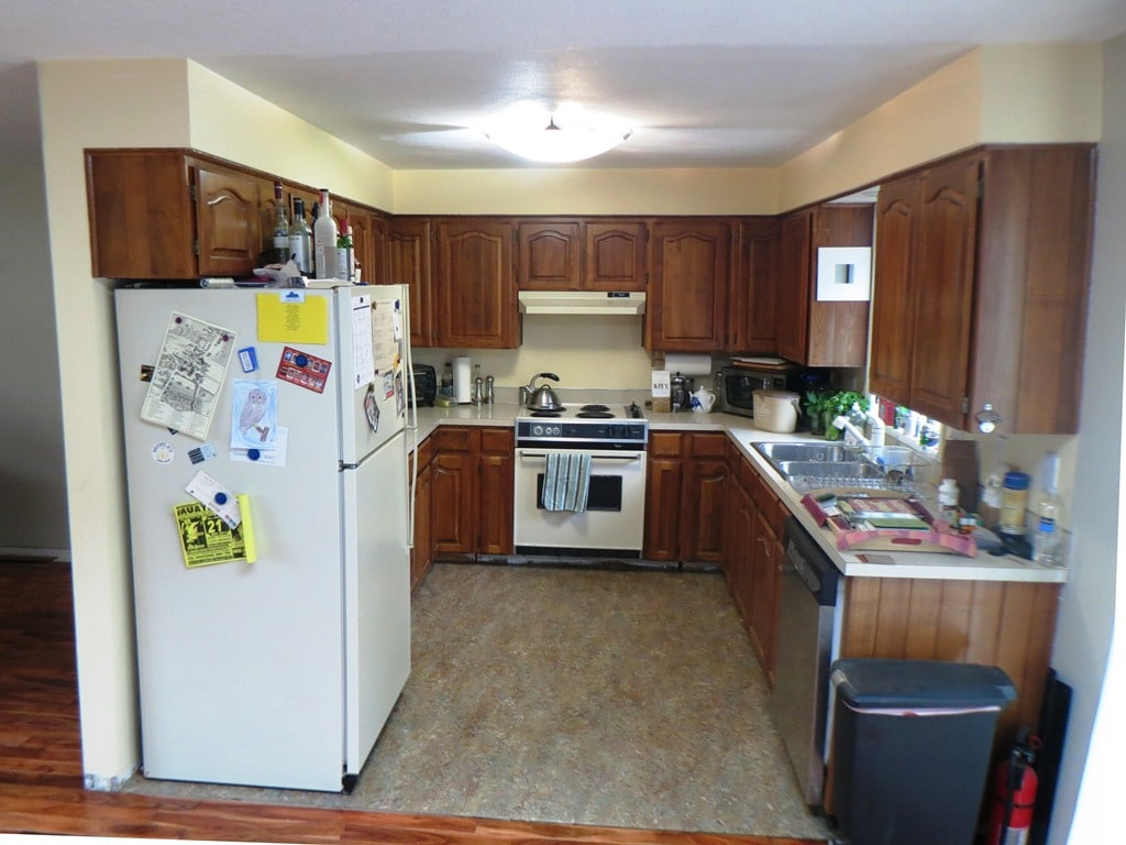 Fancy, isn't it? The kitchen has everything you need as cook, including cupboard and fridge space.