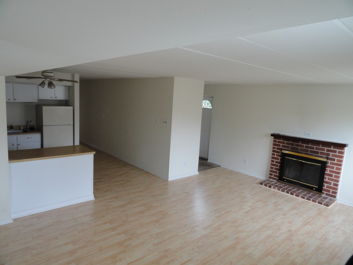 2 Bedroom, 1 bath, Fireplace, Deck