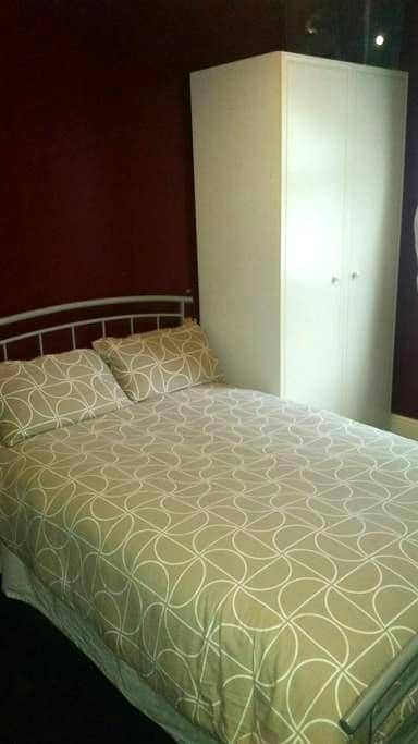 1c. Comfy Room bed and breakfast - Wolverhampton - House