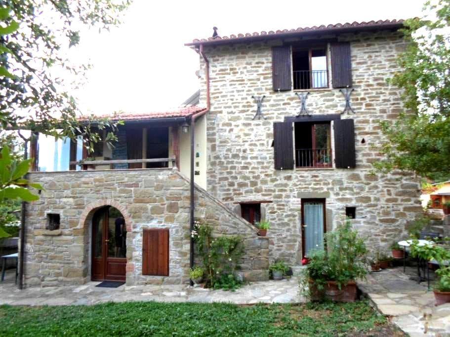 Gli Allori: Casale in pietra nel bosco - กับบิโอ - อพาร์ทเมนท์