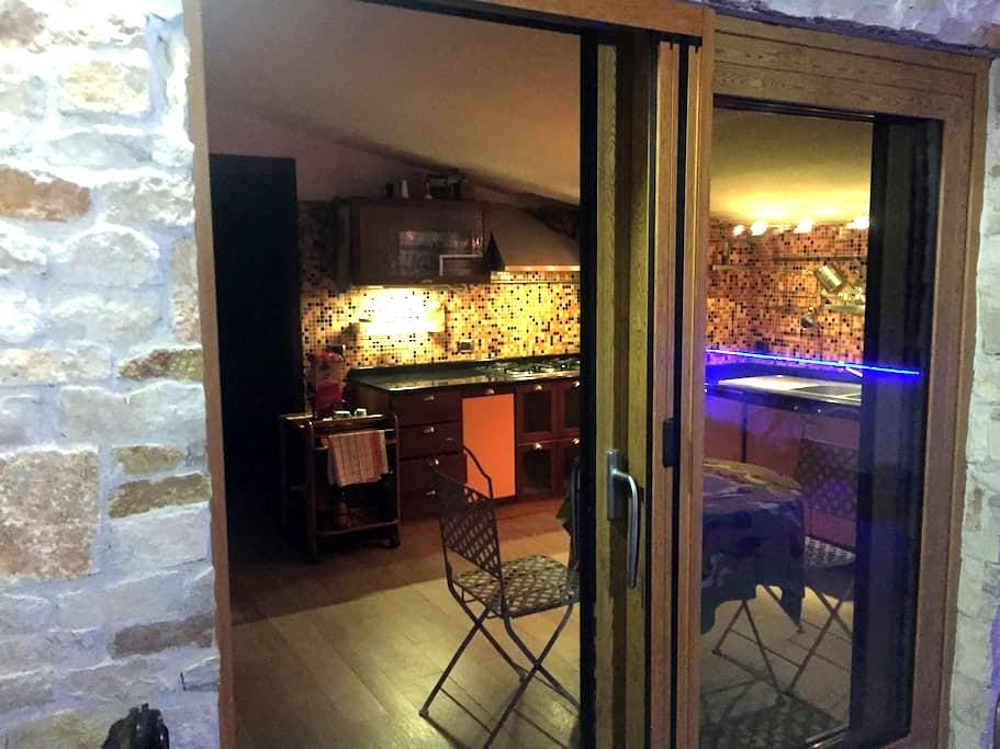 Mansarda arredata con terrazzo e barbecue - San Prisco - 아파트