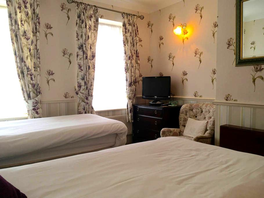 Private En-Suite Twin Room close to Stonehenge - 앰스베리(Amesbury) - 아파트