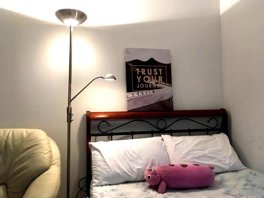 M's studyroom+wifi, solo balcony,no air-con - Parramatta - Rekkehus