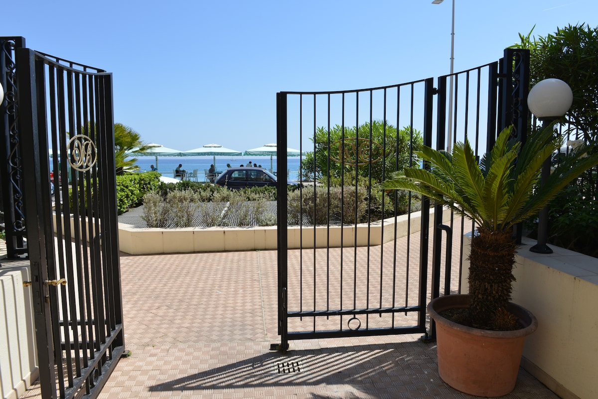 little magic flat in Menton centre!