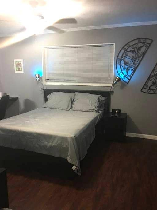 Private room and bathroom - Miami Gardens