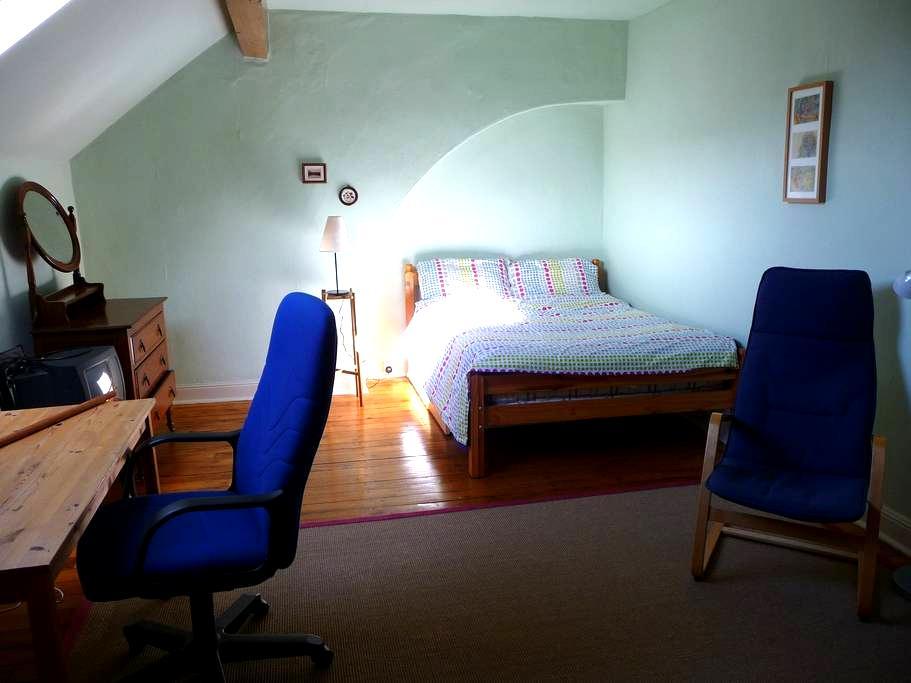 Private Large Attic Bedroom - Bradford - House