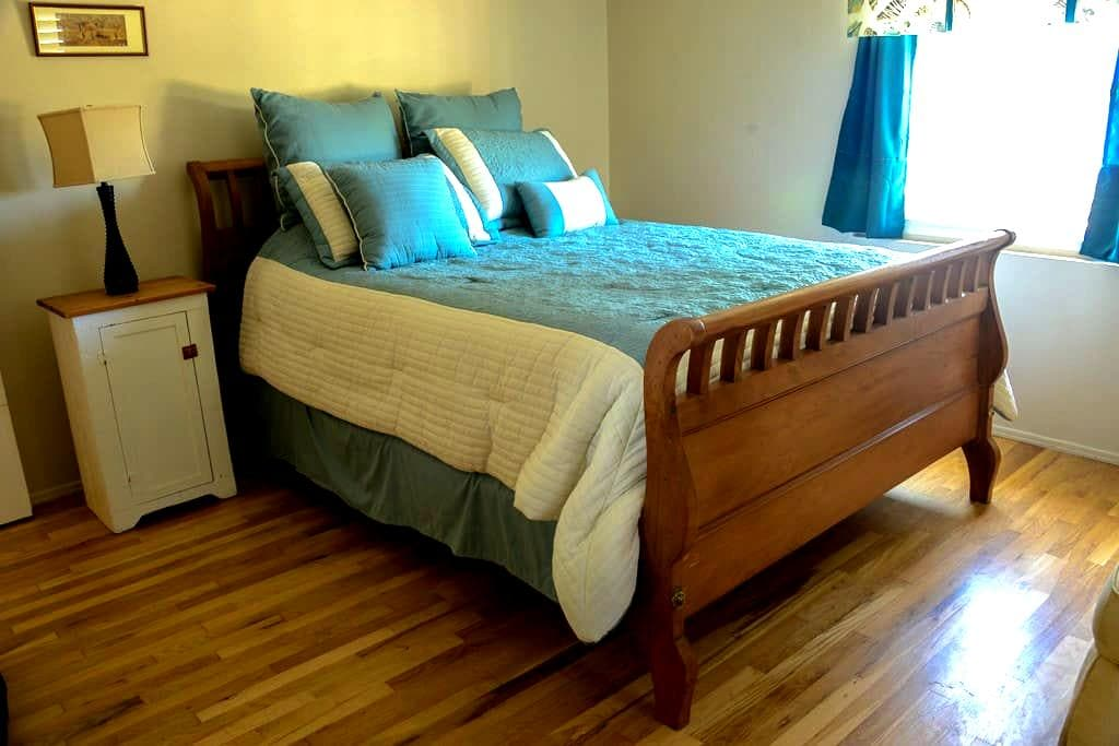 Cozy Room in Ocean-View Cottage - Summerland