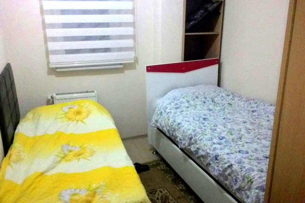 A room with two beds - Osmangazi - Wohnung