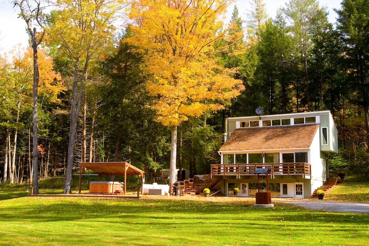 Lovely Vermont Chalet with Hot Tub