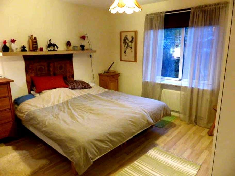 Luftigt sovrum i Grebbestad, nära till allt - Tanum V