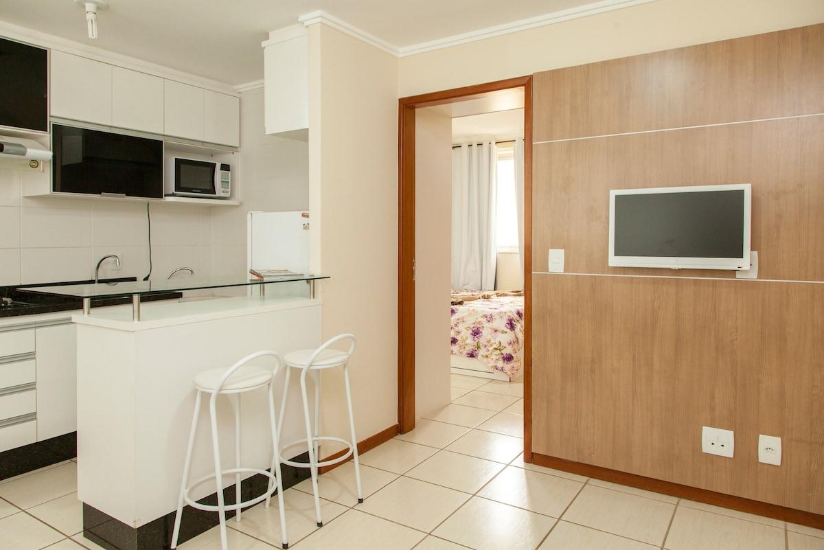Sala, cozinha e entrada do quarto.