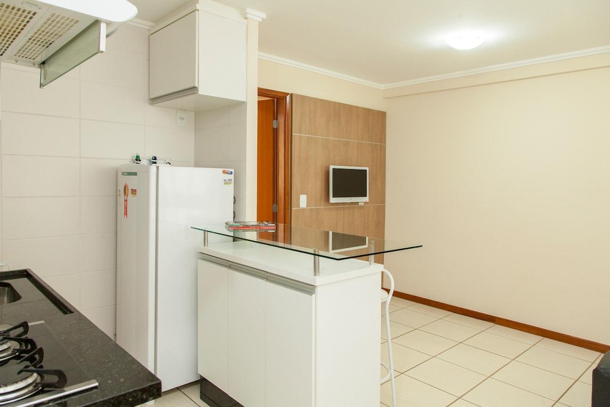 Cozinha e sala.