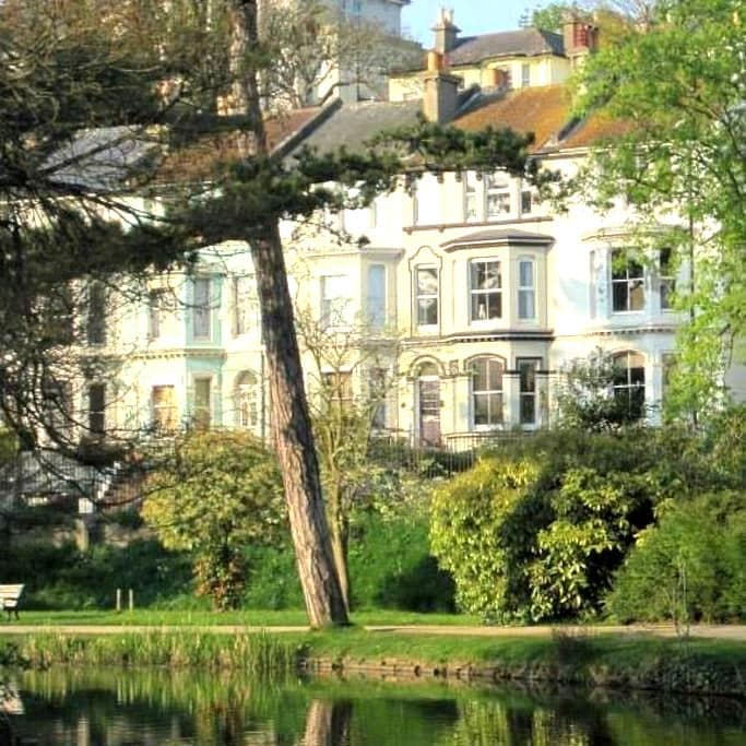 Stunning Location opposite park.  Off road parking - Hastings - Maison