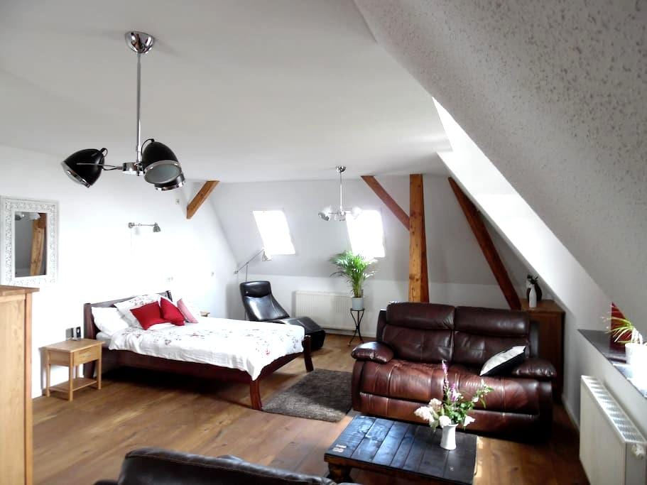 The Old Vicarage Top Floor Apartment - Wermsdorf - Huis