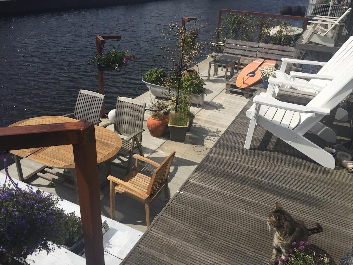 Room, brandnew houseboat