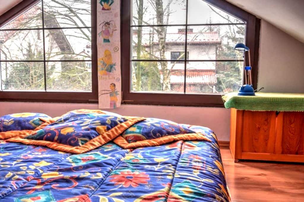 Pokój na poddaszu w prywatnym domu z ogrodem - Józefów - Dom