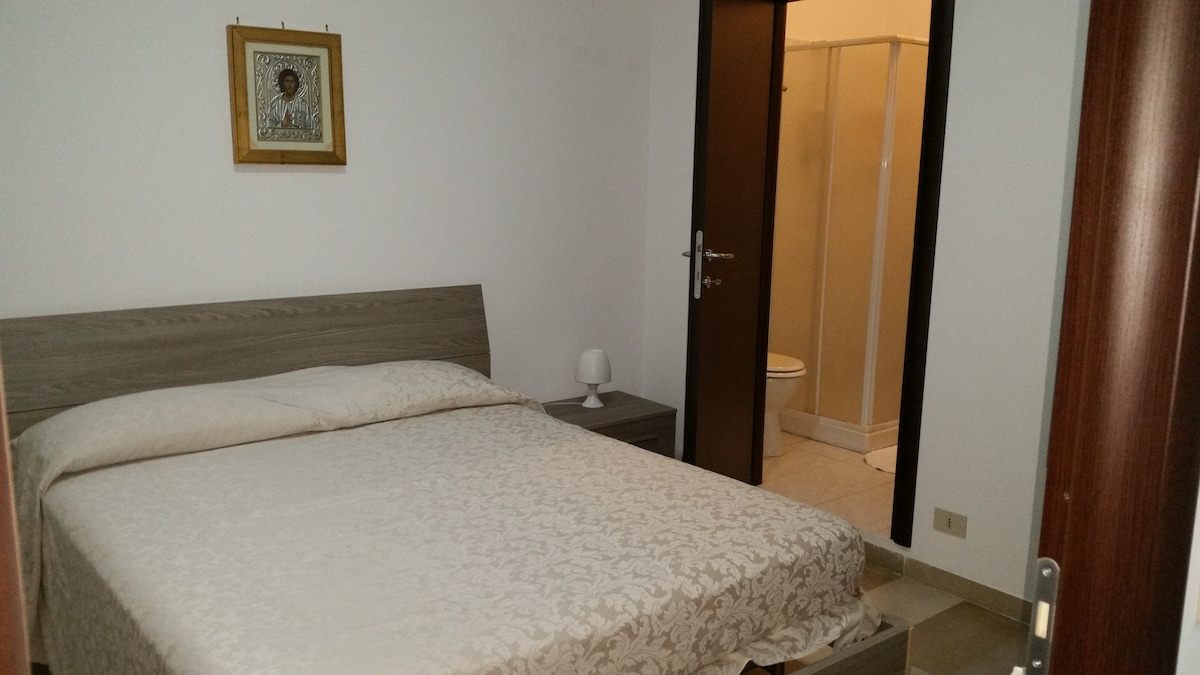 camera da letto con porta del bagno