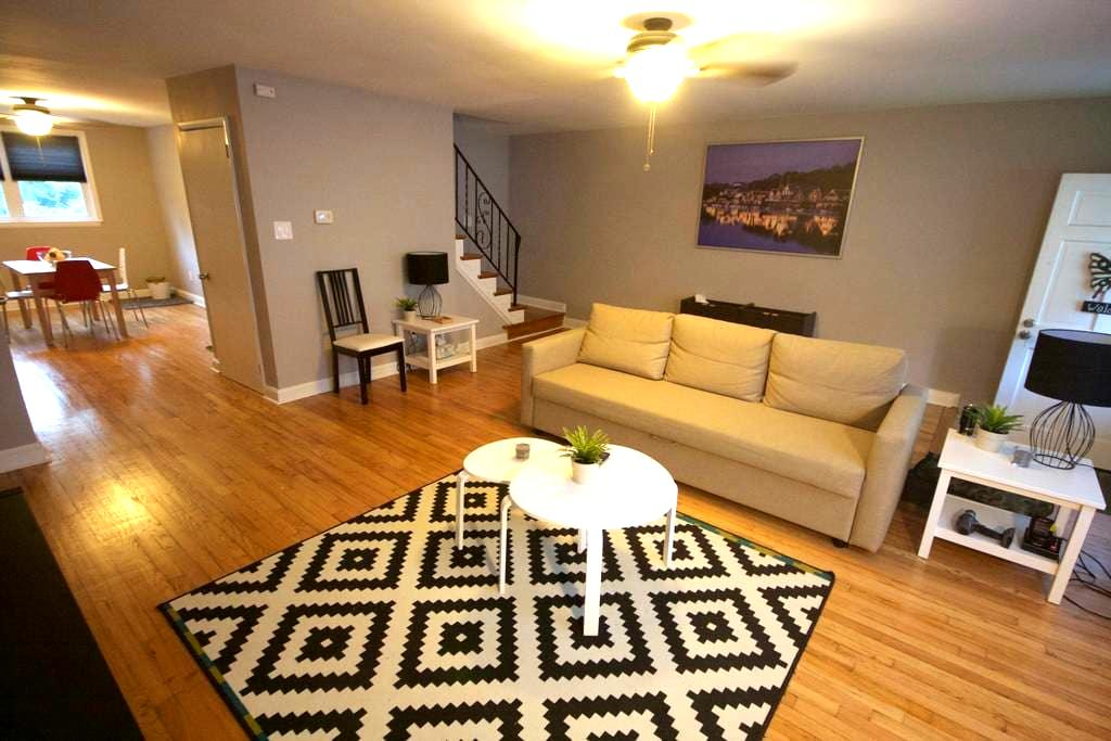 Newly renovated 3 bedroom rowhome! - Brookhaven