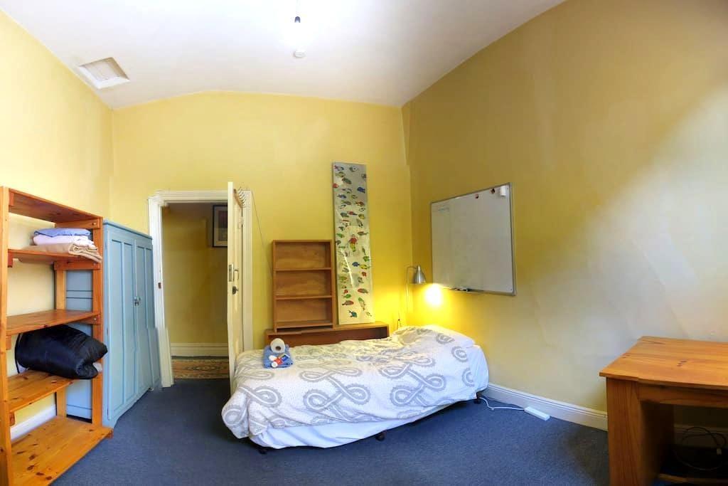 Footscray Bicycle Haven- small room - Footscray - Huis