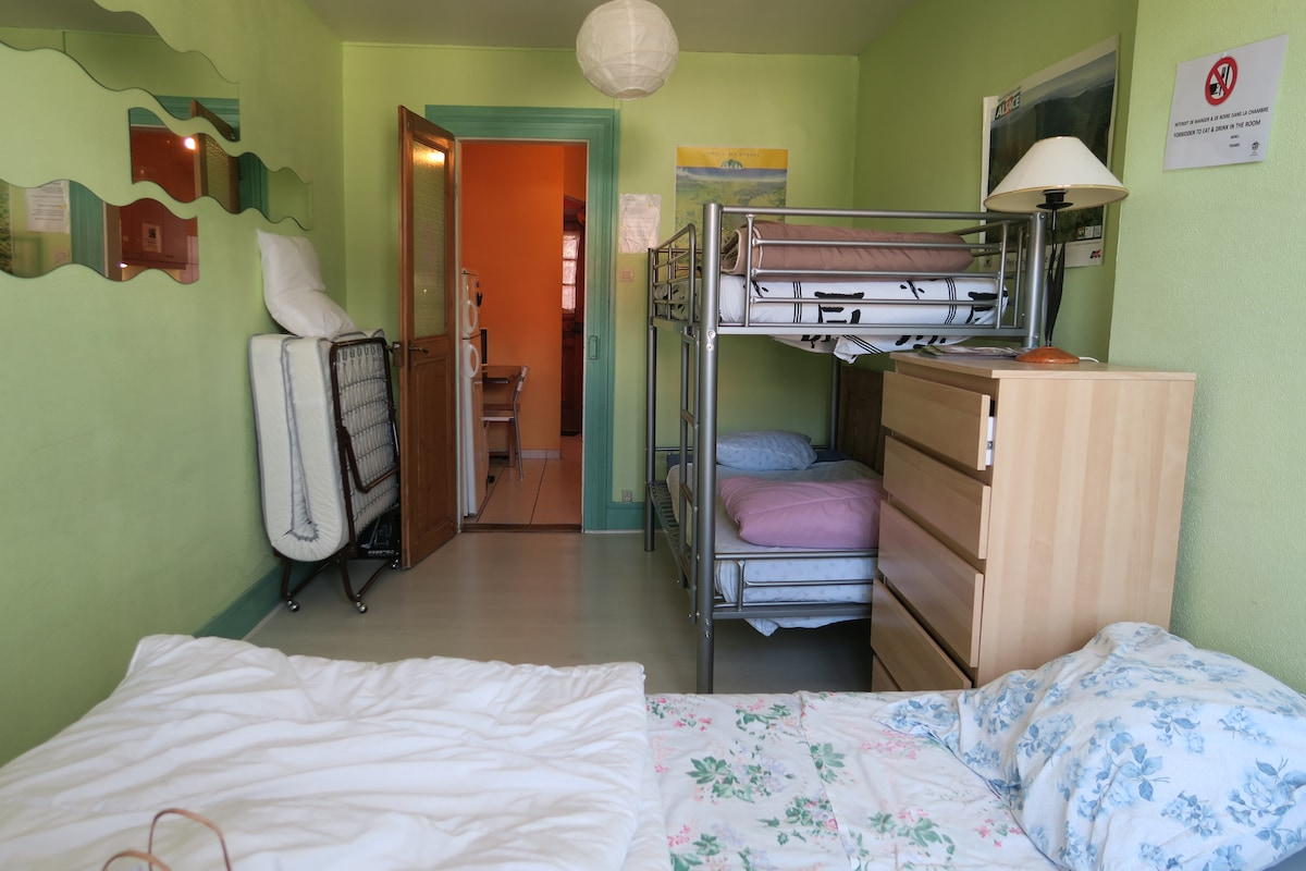 The room with 1 double bed and 2 single beds