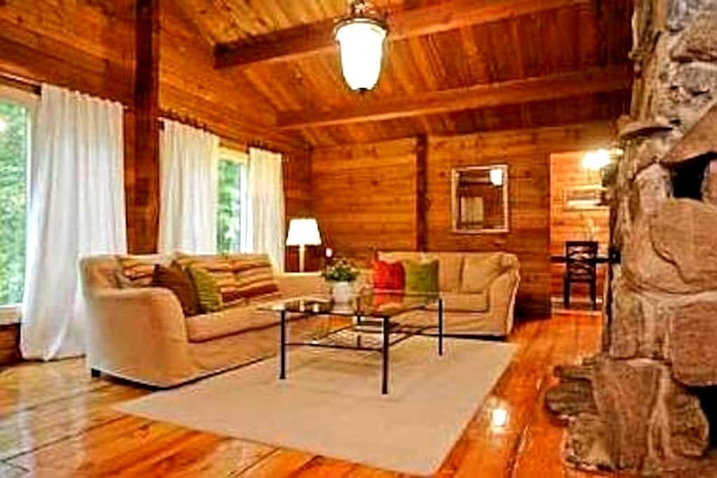 5 Bedrooms - Log cabin in the woods - Uxbridge