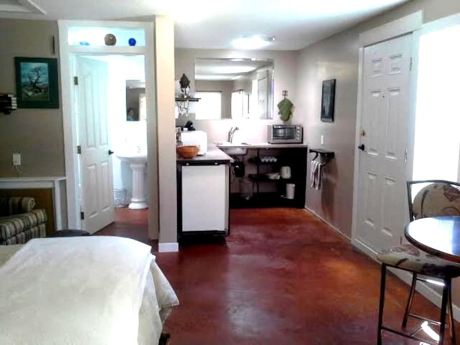 Sunny suite close to all the fun - Parksville - Other