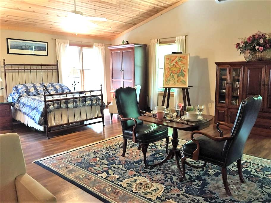 Private Spacious Suite Above The Grand River - Perry - Guesthouse