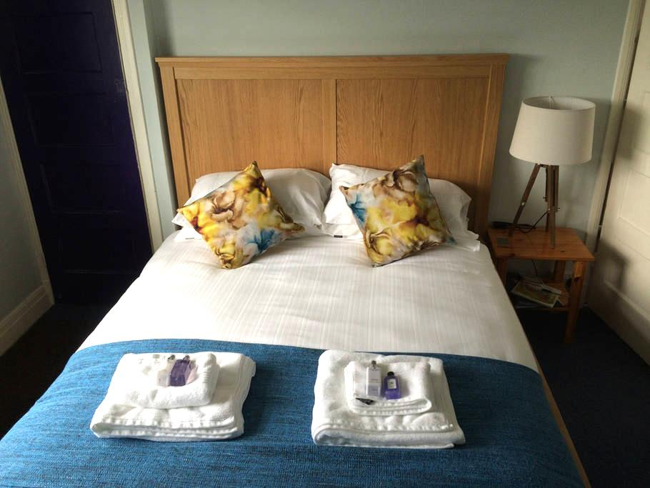Lovely room near Gatwick Airport - Reigate