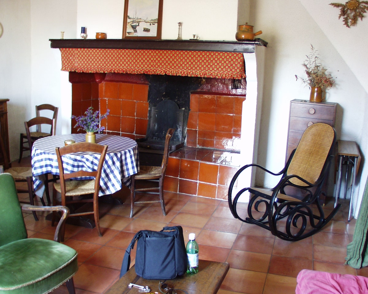 Cuisine et séjour avec une cheminée traditionelle, Kitchen and livingroom with a langedoc traditional fireplace