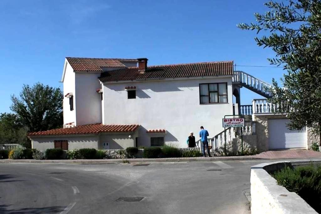 Comfortable and spacious apartment with terrace and sea view Povljana, Pag (A-6299-a) - Povljana