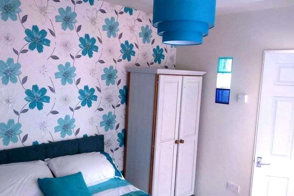 Self contained garden en suite room - Torquay - House