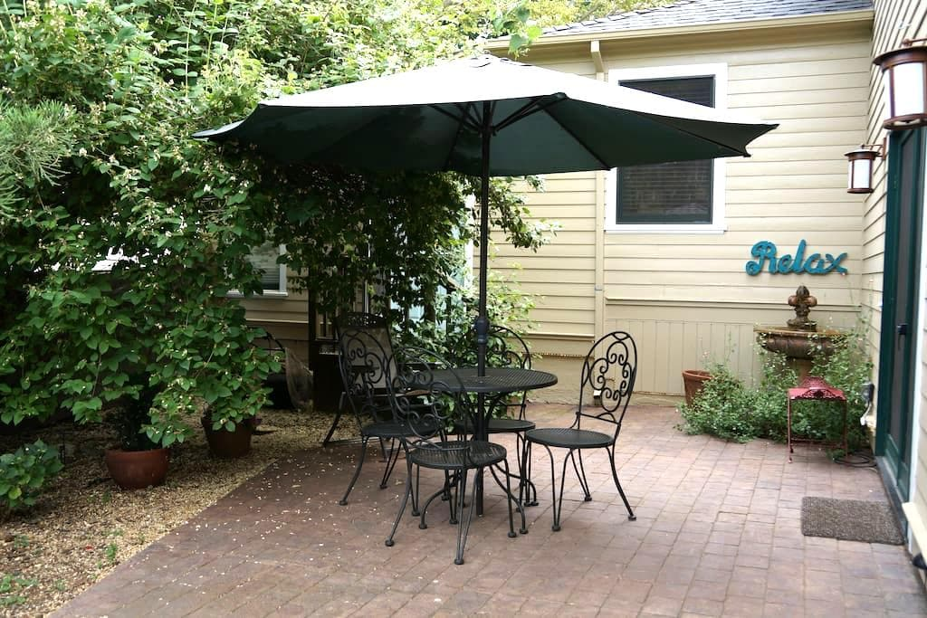 Gated private patio suite in downtown Nevada City - Nevada City - House