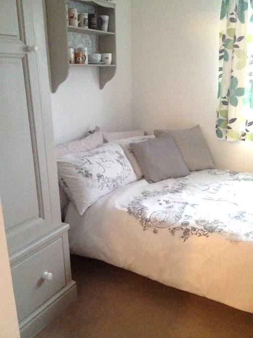 Quiet double bedroom - close to LHR & Twickenham - Feltham - Hus