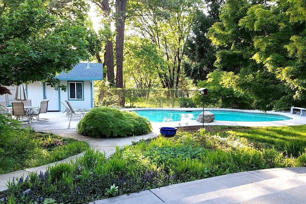 Master Suite, patios, pool, gated property. - Grass Valley - Dom