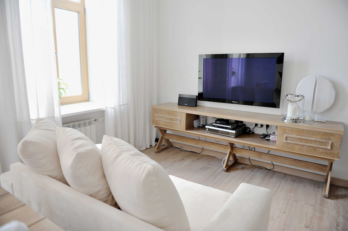 Comfy sofa, TV with Bose sound & over 100 cable channels
