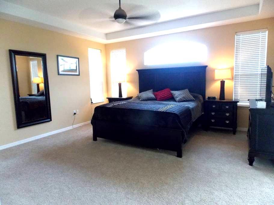Luxury Master bedroom with pool - Bradenton  - Casa
