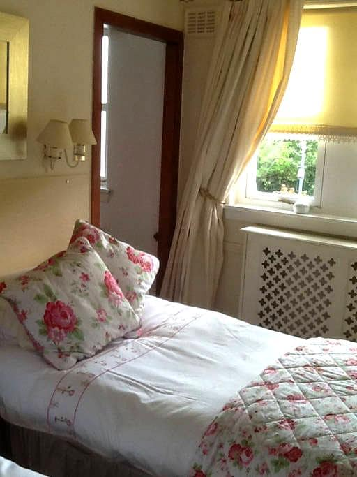 Aaron B and B rooms to let in Hamilton Town Centre - Hamilton - Bed & Breakfast