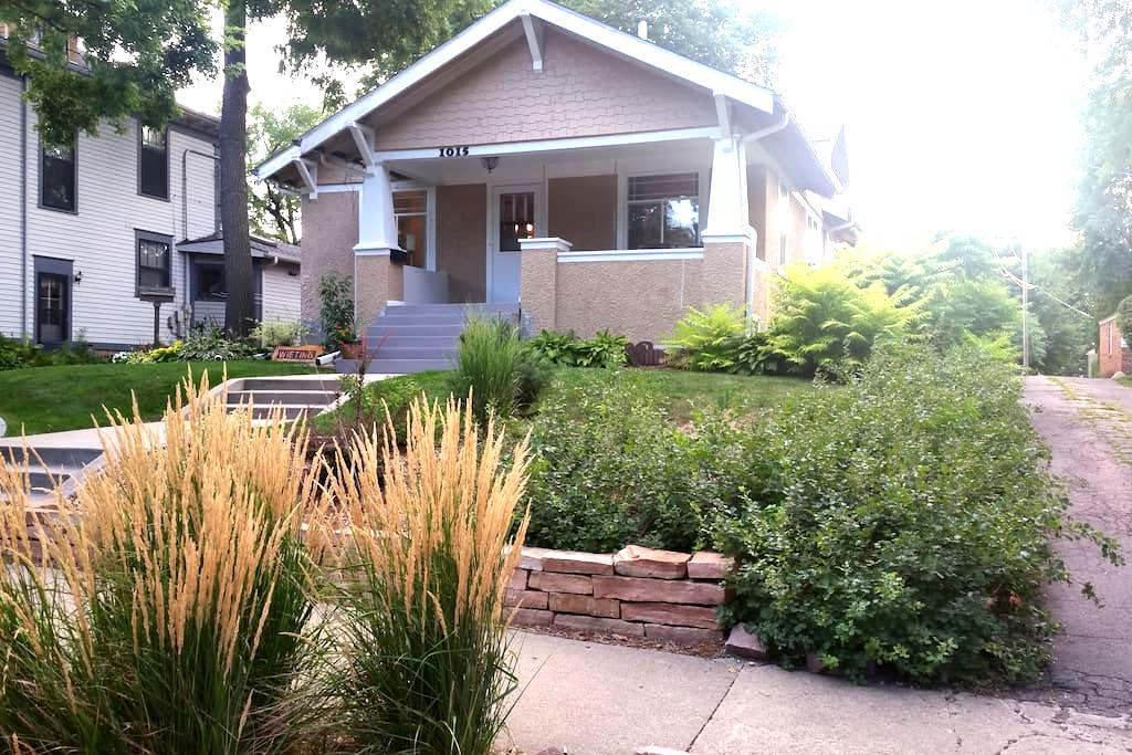 Charming Phillips Ave Craftsman (Front Room) - Sioux Falls - Talo