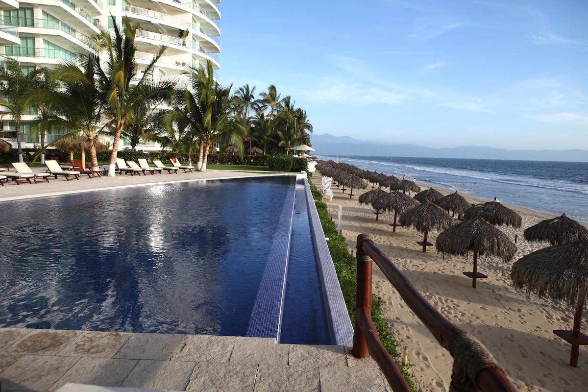 Beautiful Beachfront Condo in Kite1