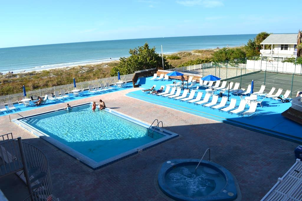 Beachfront 3 BR condo - newly renovated  Reef Club - Indian Rocks Beach - Apartament